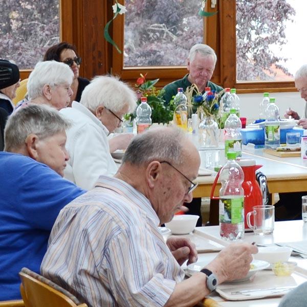 Essen im Gemeinschaftsraum