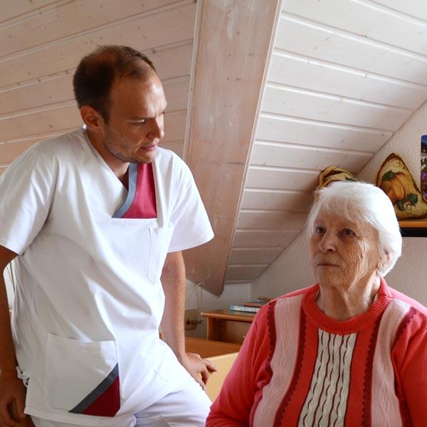 Pfleger und Seniorin